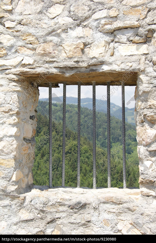 Fabulous Eisengitter bei Fenster in Natursteinmauer - Lizenzfreies Foto FC07