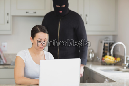 frau eingabe auf dem laptop waehrend