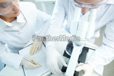 forscher bei der arbeit
