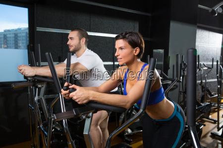 ellipsentrainer trainer mann und frau im