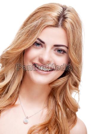 attraktive junge blonde frau im portrait