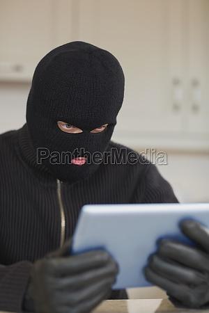 einbrecher blick auf tablet pc