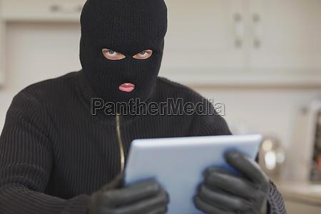 einbrecher stehlen den tablet pc