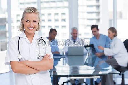 krankenschwester mit gekreuzten armen