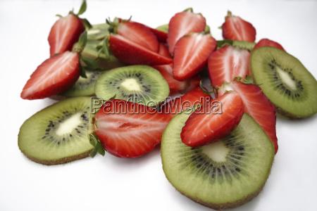 fruechte erdbeeren und kiwis geschnitten