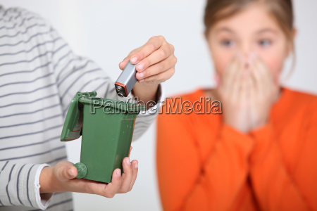 nahaufnahme eines jungen der eine batterie