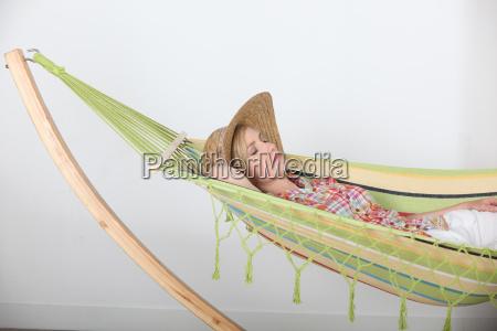frau liegt entspannt in haengematte