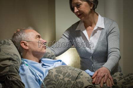 besorgte aeltere frau fuersorglich mit kranken