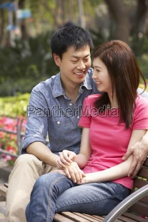 junge chinesische paare die sich zusammen