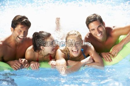 gruppe freunde die spass im pool