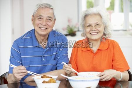 senior chinesisches paar sitzt zu hause
