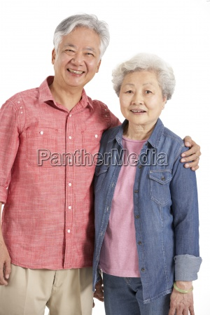 studioaufnahme der chinesischen seniorenpaar