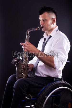rollstuhlfahrer spielt saxophon