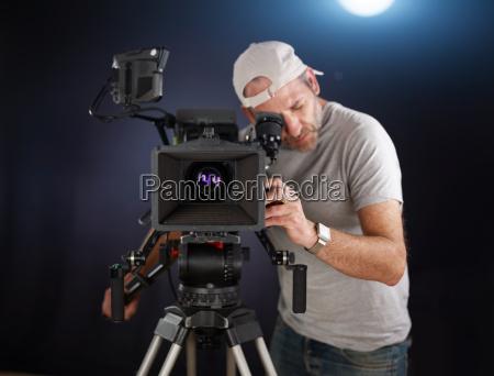 kameramann mit einer kinokamera