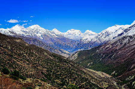 himalaya berg tal ansicht mit weissen