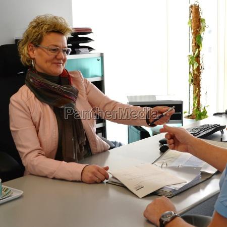 geschaeftsfrau bittet um vertragsunterzeichnung