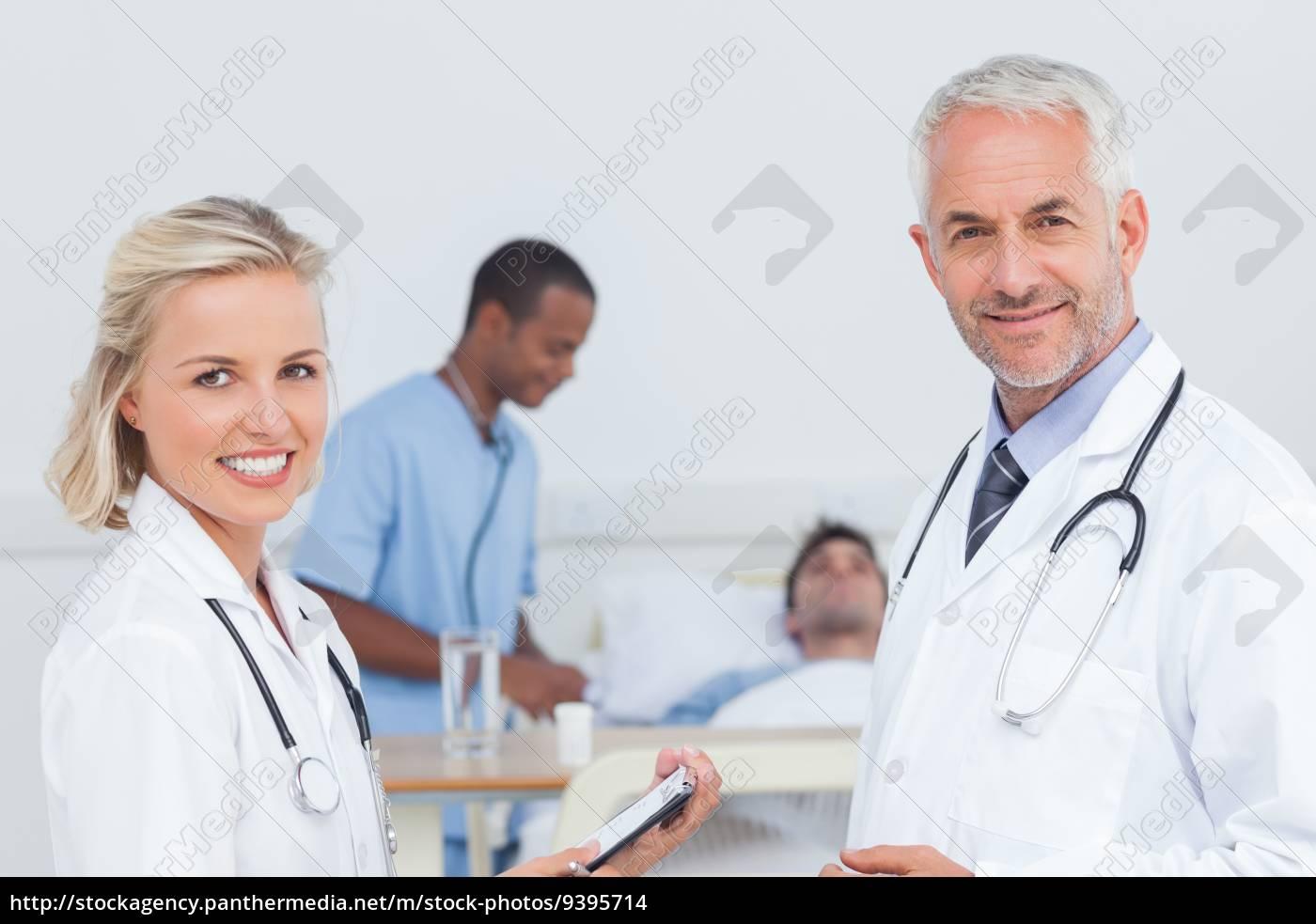 lächelnd, ärzte, stehen, vor, der, patienten - 9395714
