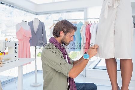 konzentrierte modedesigner auf ein kleid arbeits