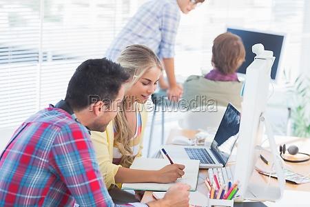 froehlich designer arbeiten an einem dokument