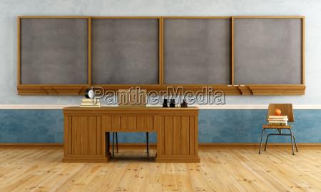 vintage klassenzimmer mit lehrerpult