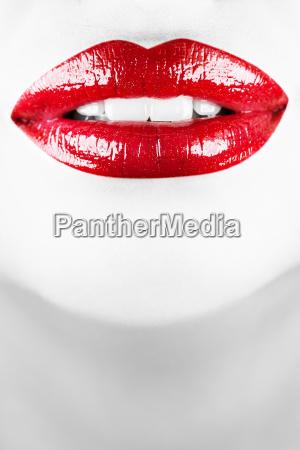 laechelnde weibliche lippen vertikaler schuss