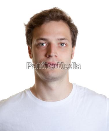passfoto eines jungen mannes im weissen