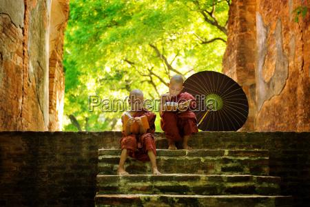 buddhistischer moench lesung im freien