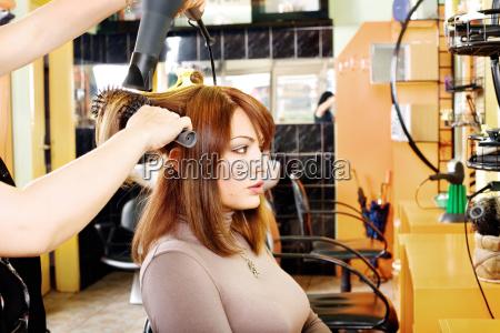 friseur macht ein haarkleid