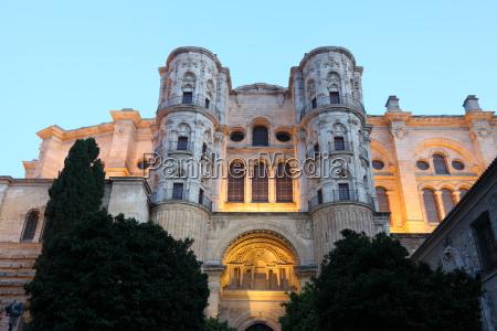 die kathedrale von malaga beleuchtet in