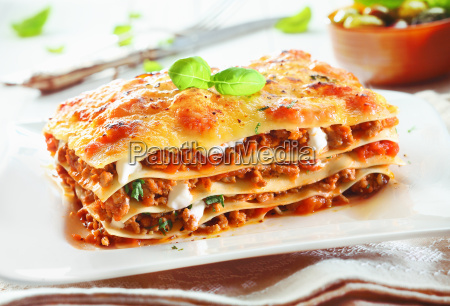 traditionelle lasagne mit sauce bolognese
