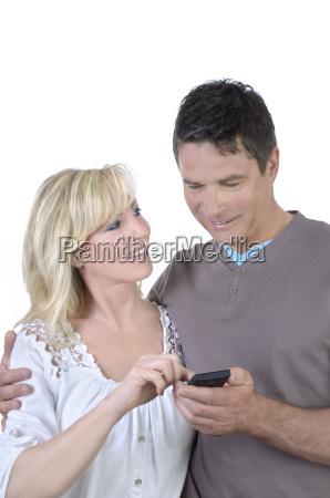reifes paar bedient gemeinsam smartphone