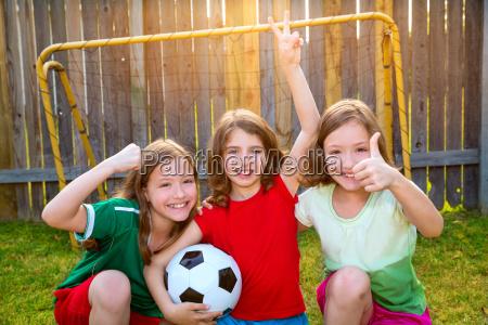 drei schwestern maedchenfreunde fussball sieger