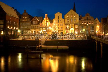 hansestadt lueneburg alter hafen mit weihnachtsbaum