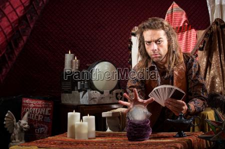 mann mit tarot karten