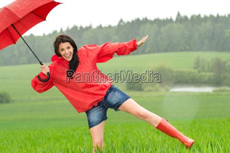 spielerisch glueckliches maedchen im regen