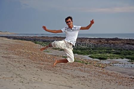 strand sommer sommerlich springen springend springt