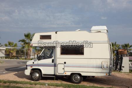 kleine europaeische mobilheim auf einem campingplatz