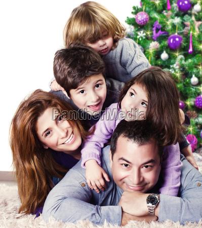 glueckliche familie in der naehe von