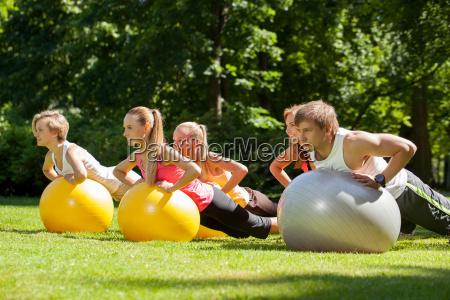 junge kaukasier die in einem park