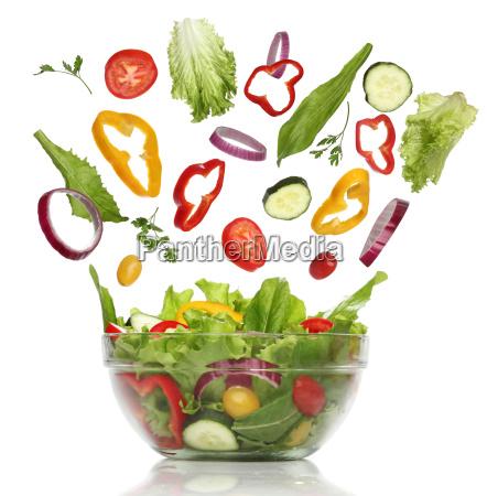 fallen frisches gemuese gesunder salat