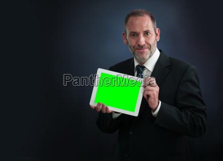 geschaeftsmann zeigt tablet pc bildschirm