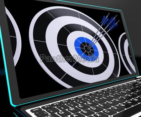 pfeile auf laptop zeigt perfektion