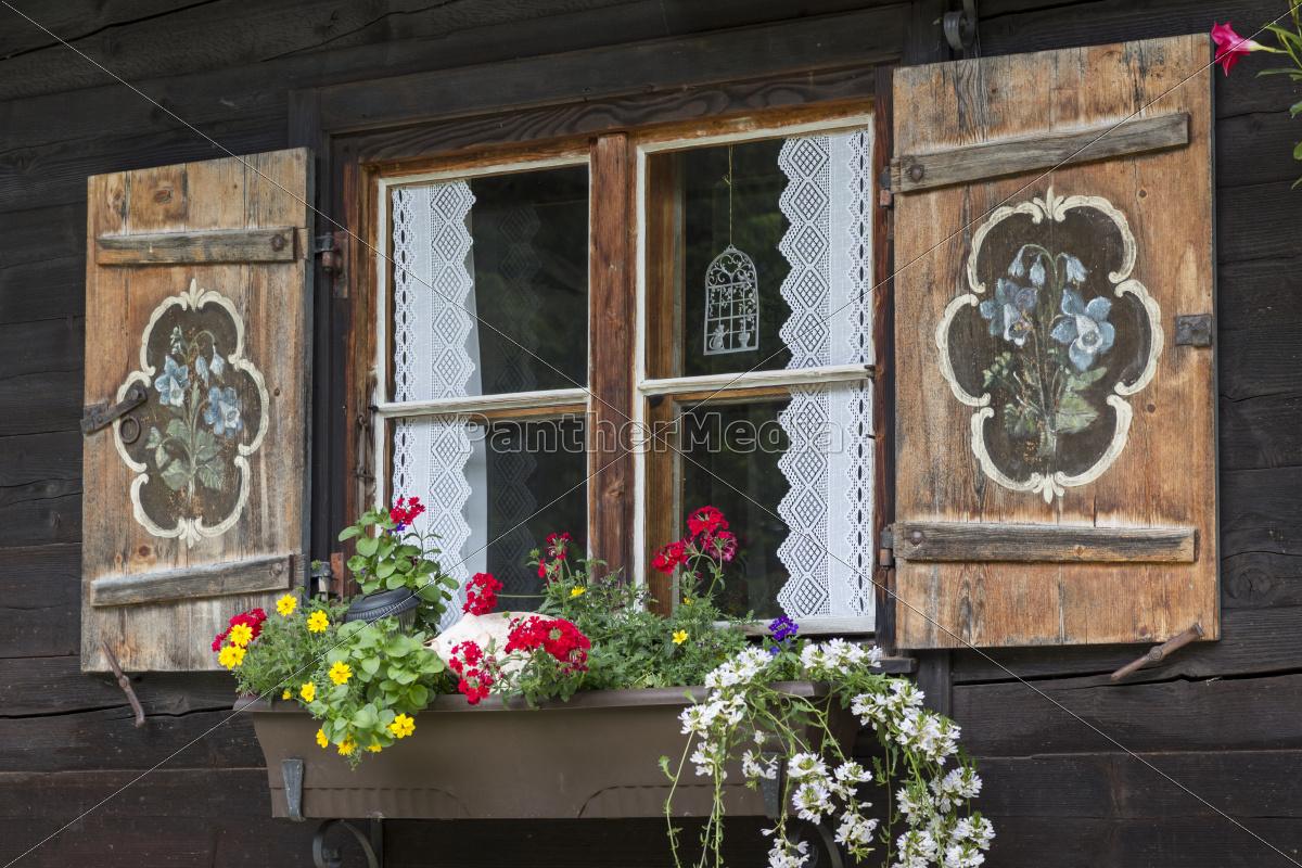 Stockfoto 9588390 - Fenster einer Almhütte mit Blumenkasten