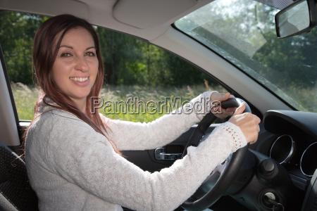 laughing autofahrerin