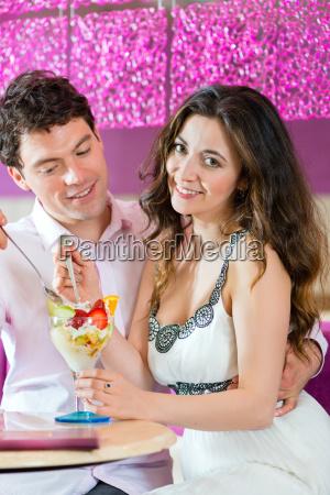 junges paar in einem cafe geniesst