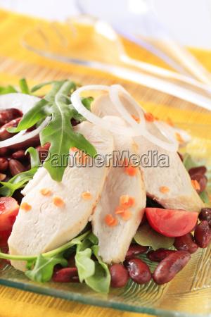scheiben huehnerbrustfilet mit linsen und bohnensalat