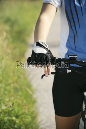 junge frau ausbildung auf mountainbike und
