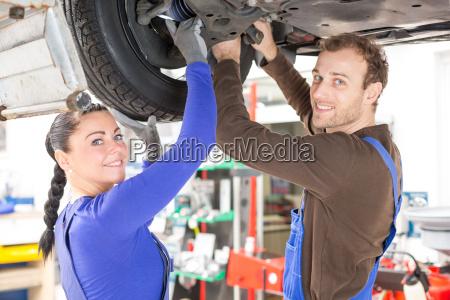 kfz mechatroniker reparieren reparieren fahrzeug auf