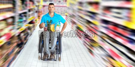rollstuhlfahrer beim einkaufen