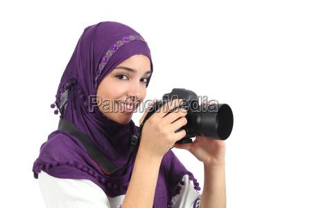 arabische frau die einen hijab nimmt